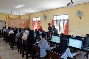 Ngesti Tinjau UNBK di SMA Negeri 1 Bunguran Selatan
